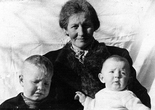 Moeder-Coenen-met-Lei-en-Gerda